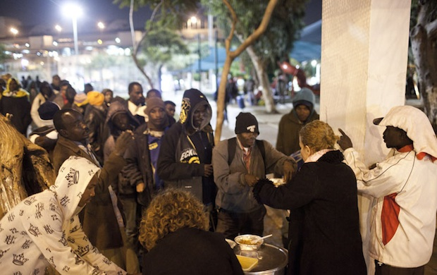 Private citizens distributing food to refugees in Levinsky Park (photo: Oren Ziv / Activestills)