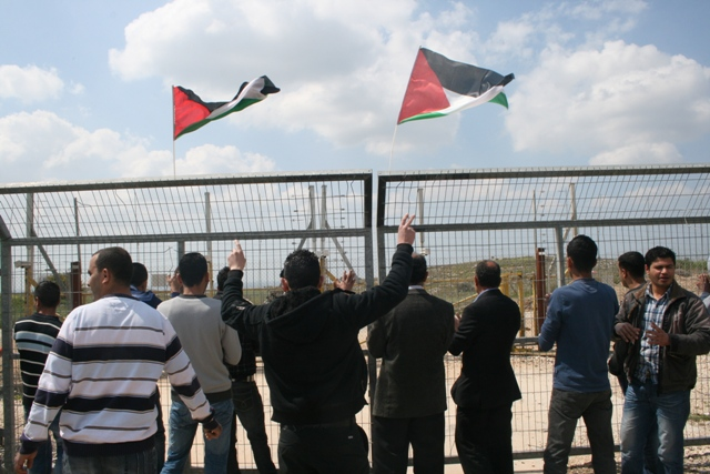 Demonstration at the fence in Budrus (Haggai Matar)