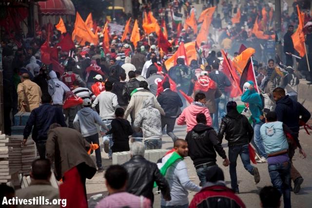 Masses fleeing military attack in Qalandia (Oren Ziv / Activestills)