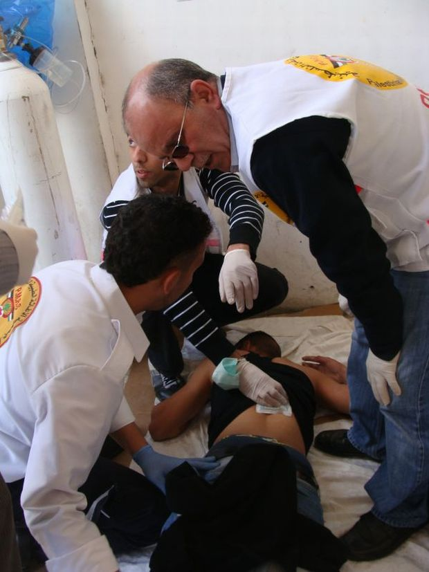 Protester injured by rubber bullet receives treatment (photo: Mya Guarnieri)