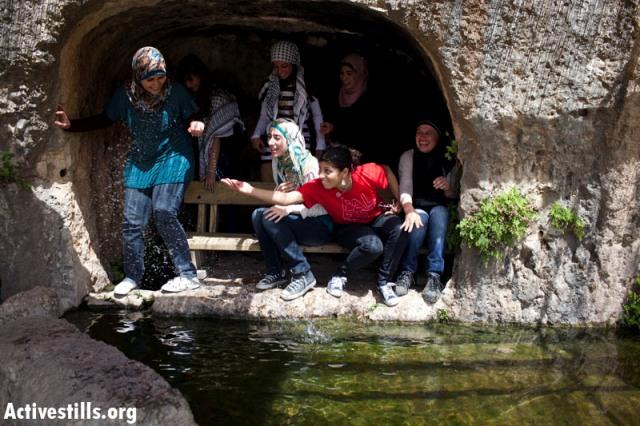 Women at the Al-Kous spring (Oren Ziv / Activestills)