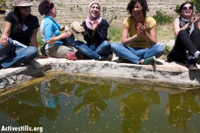 Women at Al-Kous spring (Oren Ziv / Activestills)