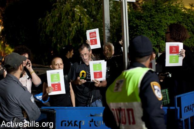 The siege fences around Zochrot activists (Activestills)