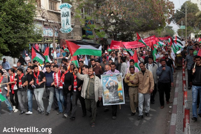 Supporting prisoners in May Day Gaza demonstration (Anne Paq / Activestills)
