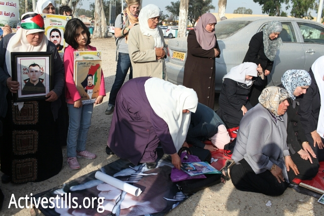 Palestinian mothers outside Ramle prison compund (Oren Ziv / Activsetills)