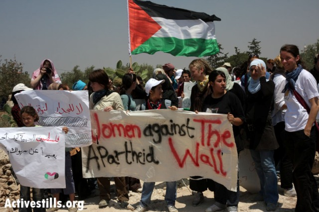 Women's demonstrations in Nil'in (Activestills)