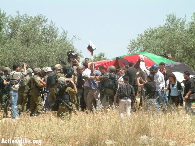 The mass demonstration in Bil'in, April 2005 (Oren Ziv / Activestills)