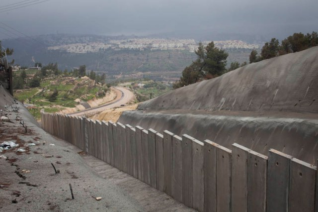 The Walajah wall and a view on Jerusalem (Oren Ziv / Activestills)