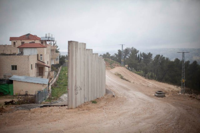 The wall closing on Walajah houses (Oren Ziv / Activestills)