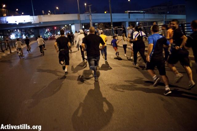 The mob charging the bridge (Activestills)