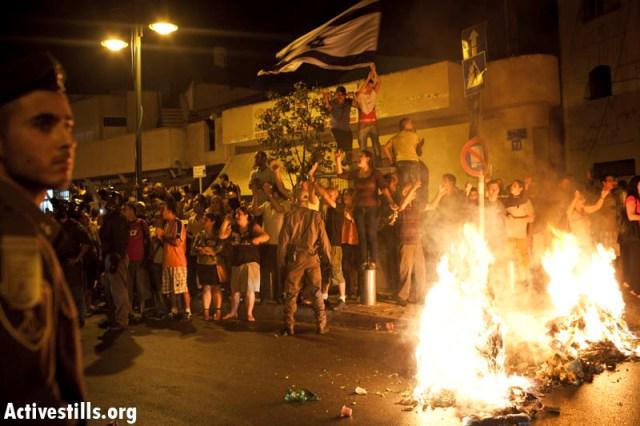 Crowd setting fire on the main road of Hatikva (Activestills)