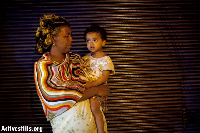 African woman and her child in Hatikva after the riot (Activestills)