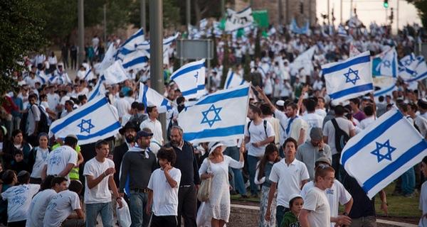Activist prevents Israeli officer from arresting Palestinian child