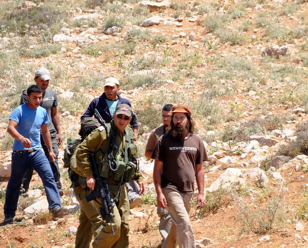 Soldiers and settlers in South Hebron (Photo: B'Tselem)
