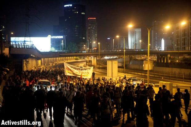 J14 protesters blocking Ayalon highway, central Tel Aviv, On June 23 2012 (photo: Activestills.org)