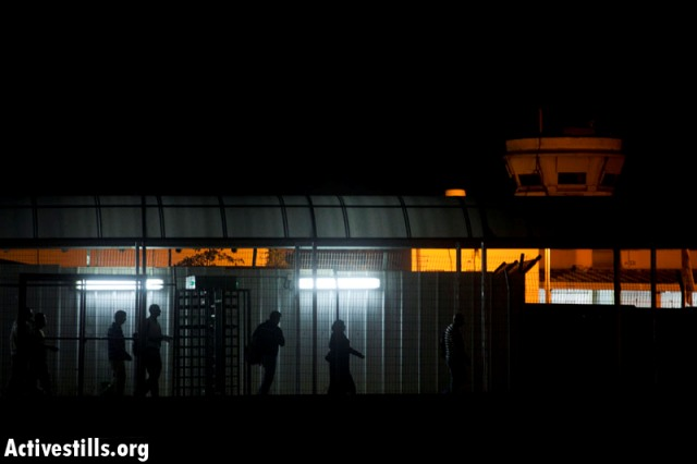 Workers passing through the Eyal checkpoint (Oren Ziv / Activestills)