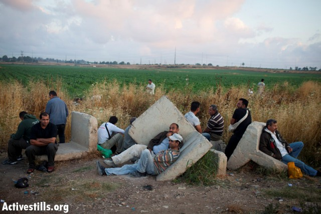 Workers waiting outside Eyal checkpoint (Oren Ziv / Activestills)
