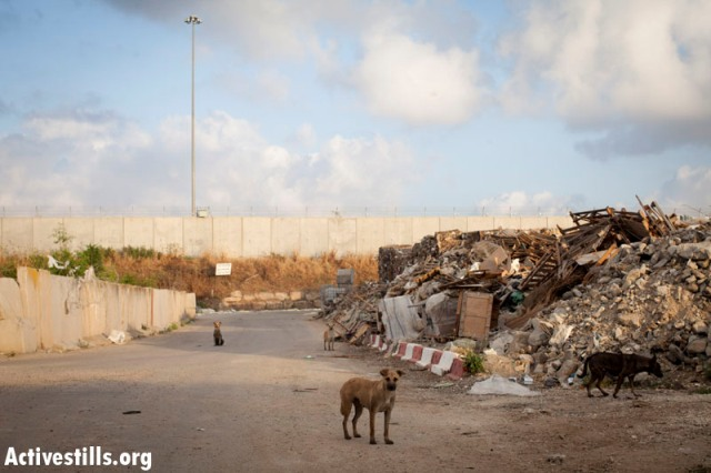 The other side of the Tul Karem wall. No attempts to hide the brutality of it (Oren Ziv / Activestills)