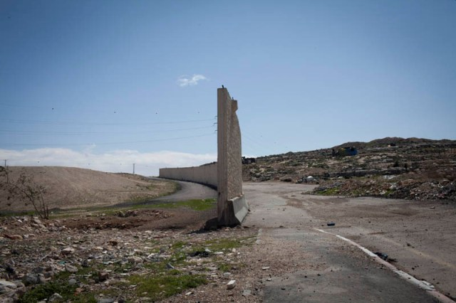 A gap in the wall near Jerusalem. A meeting point of two eco-systems (Oren Ziv / Activstills)