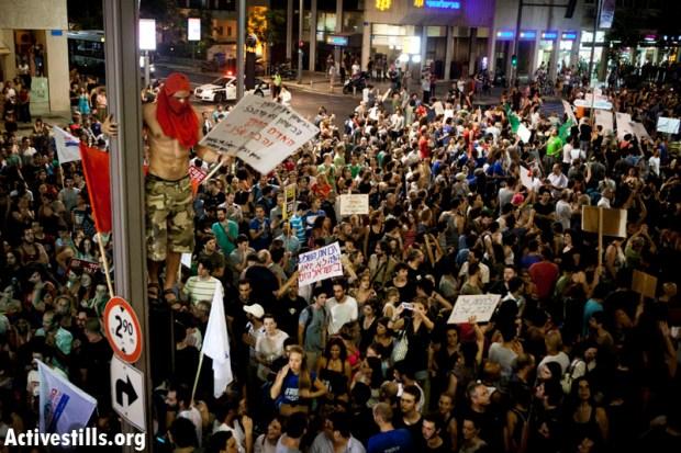 J14 protest in Tel Aviv assembling in Habima Square, June 23, 2012 (photo: activestills.org)