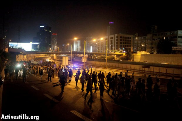 J14 protesters blocking the Ayalon highway in Tel Aviv, June 23, 2012 (photo: activestills.org)