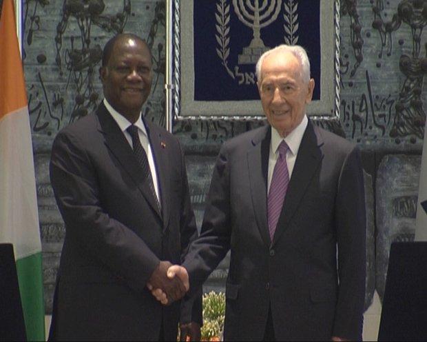 Cote d'Ivoire President Alassane Ouattara and Israeli President Shimon Peres shaking hands, Jerusalem, 17 June 2012 (photo: Roee Ruttenberg)