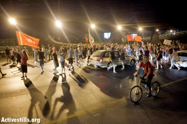 J14 protesters blocking Ayalon highway, central Tel Aviv, on June 23, 2012 (photo: Activestills.org)