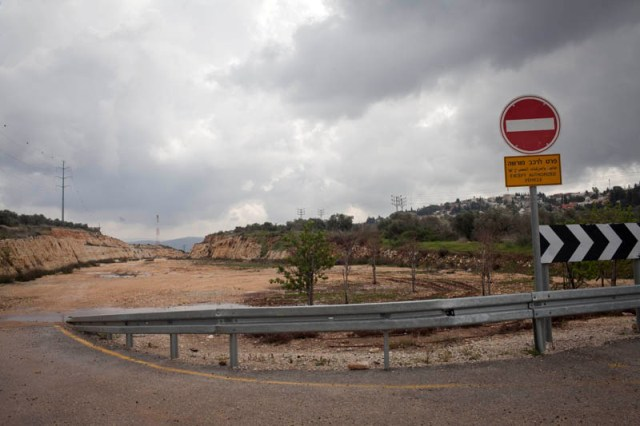 """Tens of thousands go though the gaps daily"". A deserted construcion site (Oren Ziv / Activestills)"