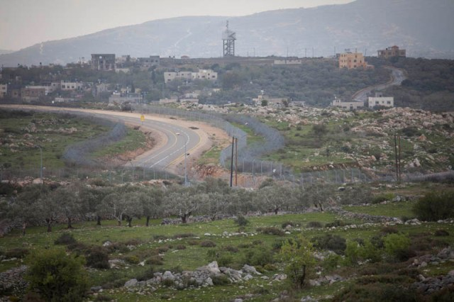 Splitting the countryside. The fence near Ariel (Oren Ziv / Activestills)