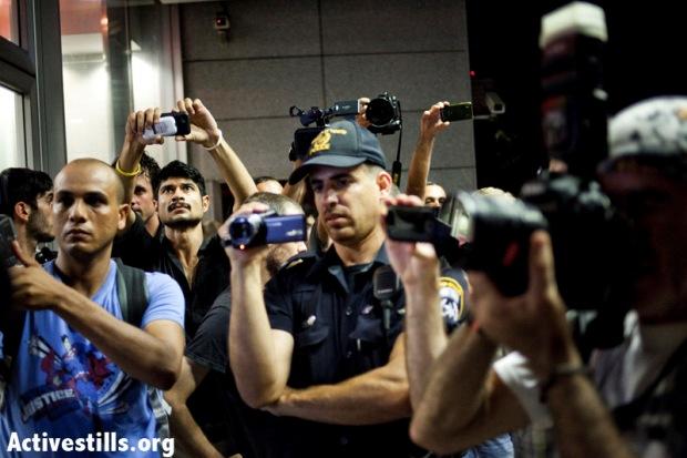"""Police monitoring a """"social justice"""" protest in Tel Aviv, July 7, 2012 (photo: activestills.org)"""