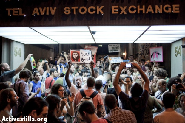 J14 protesters demonstrate in front of the Tel Aviv Stock Exchange, July 7, 2012 (photo: activestills.org)