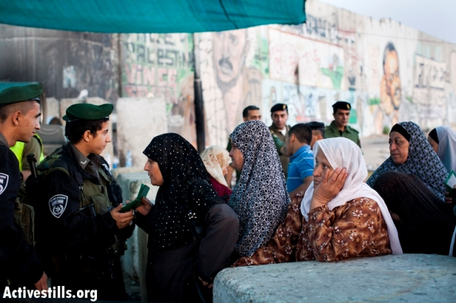 Women on their way to Jerusalem from Ramallah on Ramadan (Oren Ziv / Activestills)