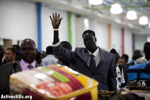 South Sudanese refugees at Ben-Gurion Airport, Israel, June 25, 2012. (Photo: Yotam Ronen/Activestills.org)