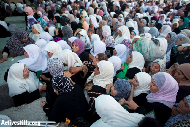 Women at Qalandia checkpoint on Ramadan. (Oren Ziv / Activestills)