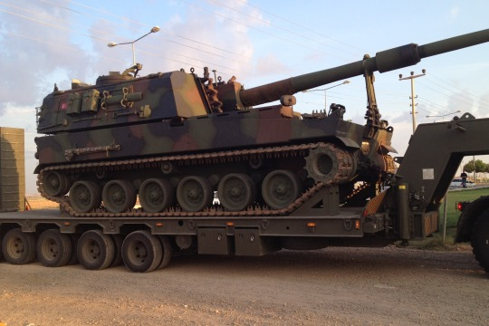 Turkish tanks deploy towards the Syrian border near Akcakale, Oct 8, 2012 (photo: Roee Ruttenberg)