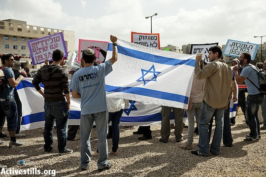 Im Tirzu members demonstrate against those who have come to show solidarity with military refusers in front of the Tel Hashomer IDF base, near Tel Aviv. (photo: Activestills)