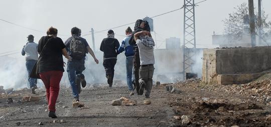 Protesters run from Tear gas in Kufr Qaddum November 16,2012 (photo: Tal King)
