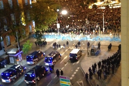 Police block the main street leading to the Spanish parliament in Madrid, 14 Nov 2012 (photo: Roee Ruttenberg)