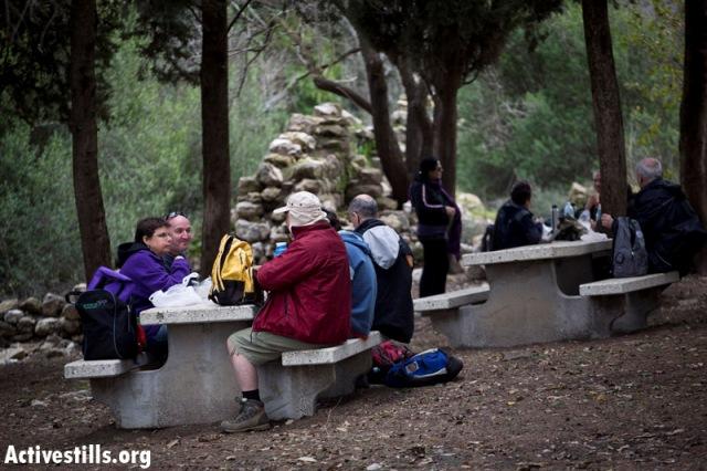 Israeli families at a picnic near the ruins of Bir'em (Oren Ziv / Activestills)