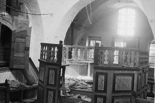 Synagogue desecrated by Arab rioters in Hebron. (photo: Wikicommons)
