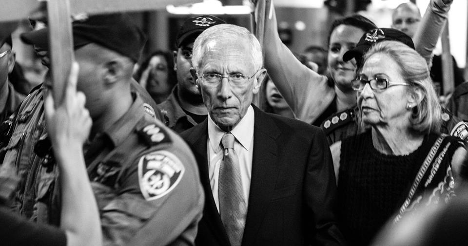 The Governor of the Bank of Israel and former World Bank chief economist Stanley Fischer surrounded by protesters as he and his wife walk out of a cultural event in Tel Aviv, May 25, 2013 (photo: Ilai Ben Amar)