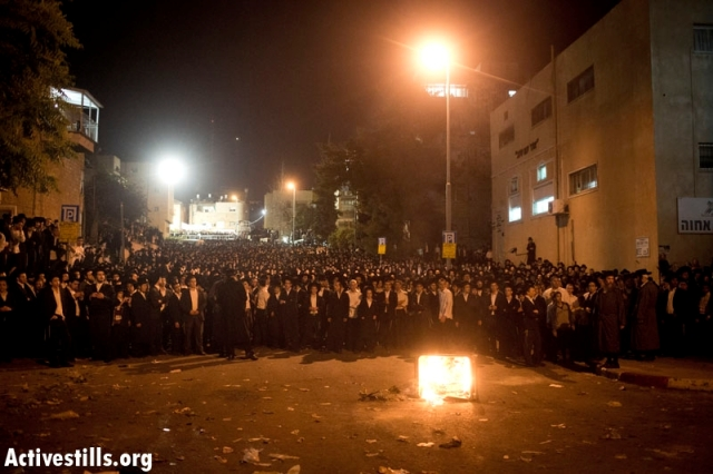 Dozens of youth set trash cans alight and confronted police (Oren Ziv / Activestills)