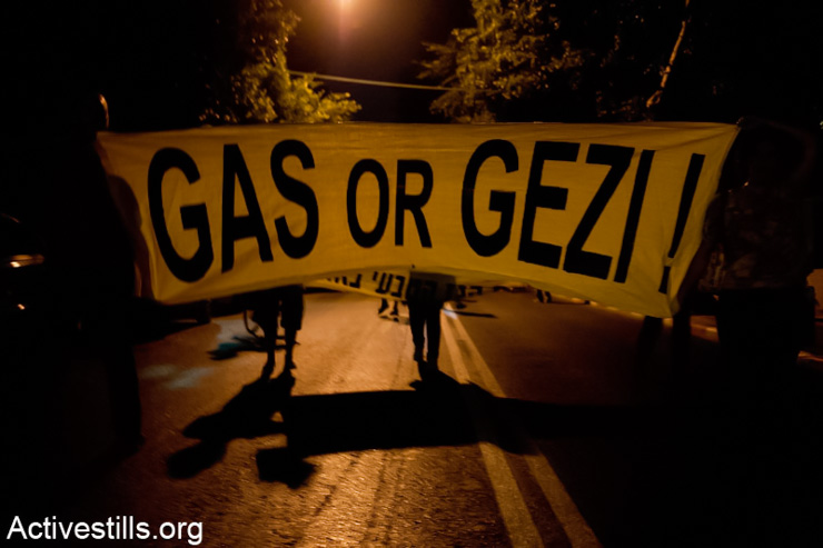 Protestors block a road in Tel Aviv during a demonstration against privatization and exportation of natural gas. June 19,2013. (Photo by: Keren Manor/ Activestills.org)