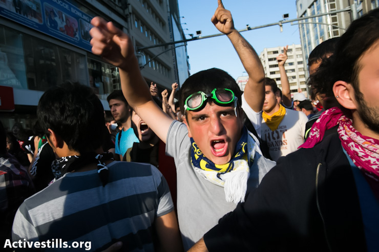 Protesters shout slogans during a demonstration in Ankara, Turkey on June 4, 2013. (Photo by: Yotam Ronen/ Activestills.org)