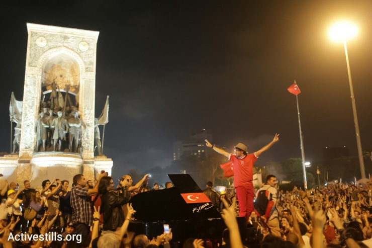 Thousands gathered in Taksim Square for a piano concert, June 13, 2013.(Photo by: Oren Ziv/Activestills.org.)
