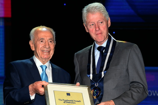 President Peres presents the Presidential Award of Distinction to former U.S. President Bill Clinton on the sidelines of Peres' 90th birthday celebrations, June 19, 2013 (Moshe Milner/GPO)