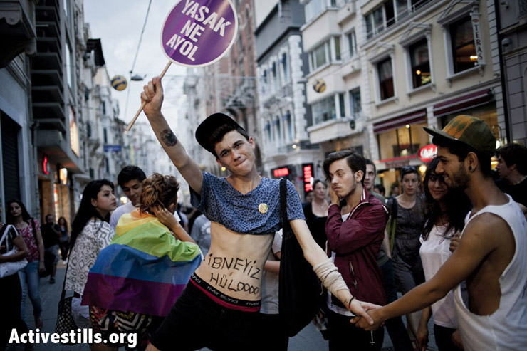 Two protestors holding hands during the parade. Photo by: Shiraz Grinbaum/Activestills.org