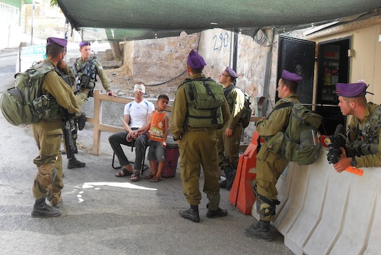 Palestinian 5-year old detained with father, blindfolded in Hebron (Photo: ISM)