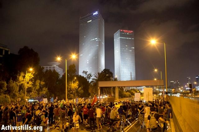 Activists blocking the Ayalon highway (Oren Ziv / Activestills)