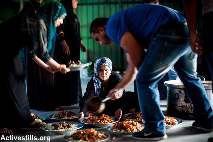 The Iftar meal at Al Araqib village during an event marking three years to the first demolition of the village, July 27, 2013. Al Araqib was demolished 54 times. (Photo by: Yotam Ronen/Activestills.org)